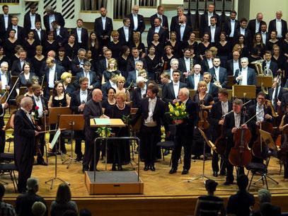 Applaus nach dem Konzert in Anwesenheit des Komponisten Krzysztof Meyer (rechts), ...