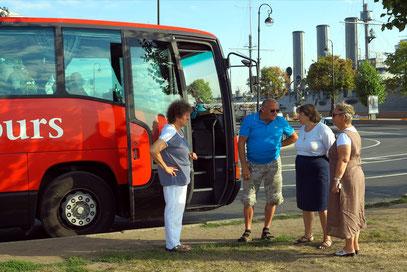 Unsere russische Reiseleiterin Alla im Gespräch mit Busfahrer Alfred (Freddy)