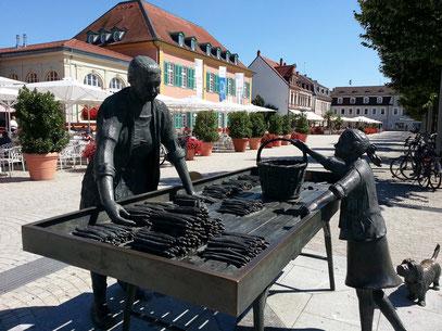 Schwetzinger Spargelfrau auf dem Schlossplatz (Franz W. Müller-Steinfurth)