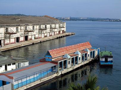 Blick auf den Hafen und die Anlegestelle der Personenfähre nach La Regla