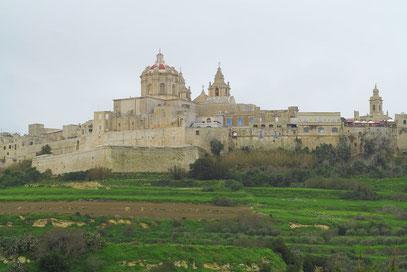 Blick auf die ehemalige Hauptstadt Mdina mit geschlossenem Mauerring