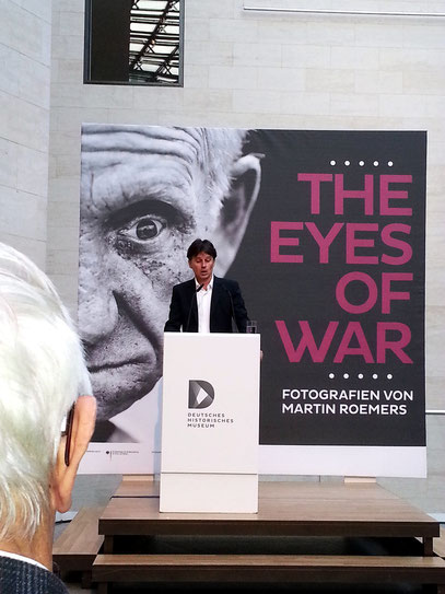 Martin Roemers spricht zur Eröffnung.