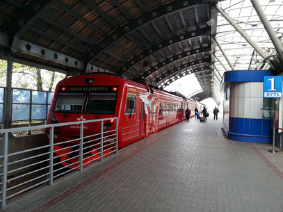 Aeroexpress im Flughafen-Bahnhof Domodedovo
