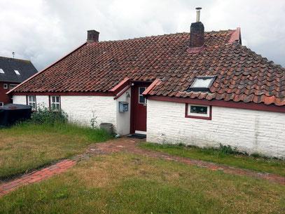 Alte Inselhäuser mit Dachkonstruktionen gegen Wind