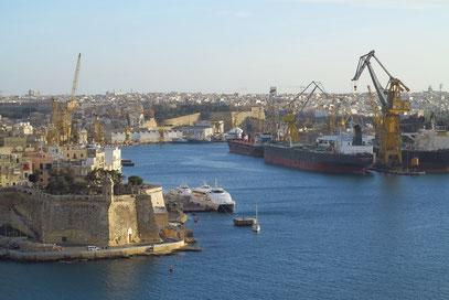 Blick auf I-Isla (links) und den Dockhafen (rechts)