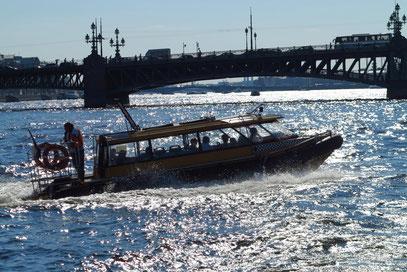 Wassertaxi vor der Troizki-Brücke