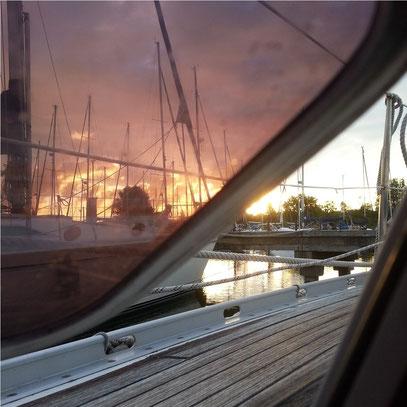 Blick bei Sonnenaufgang aus dem Fenster meiner Kajüte