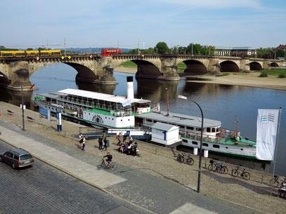 """Dampfschiff """"Dresden"""" am Elbeufer und Augustusbrücke"""