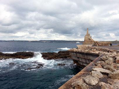 Am Fährhafen Cirkewwa im Nordwesten von Malta
