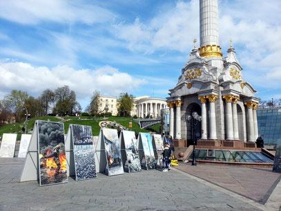 Große Fototafeln am Fuße der Unabhängigkeitssäule erinnern an die gewaltsamen Demonstrationen und die Toten des Euromaidan.