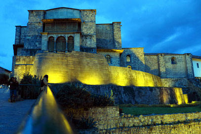 Santo Domingo über der ovalen Mauer des Sonnentempels Coricancha