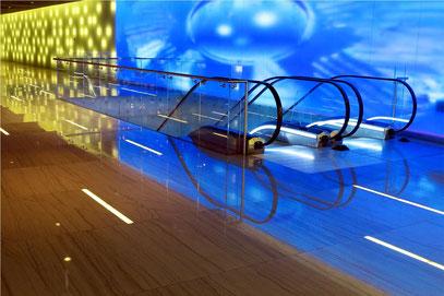 Lichtkunst im Untergeschoss des Einkaufszentrums