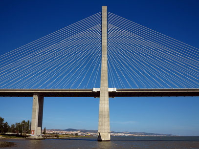 Pfeiler und Seile der Ponte Vasco da Gama
