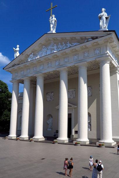 Westseite der Kathedrale mit sechs 20 m hohen dorischen Säulen