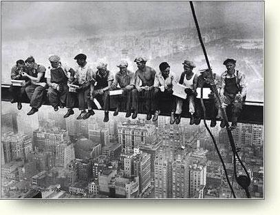 Mittagspause der Stahlarbeiter beim Bau des Rockefeller Centers (Quelle: New York Harald Tribune, 1932)
