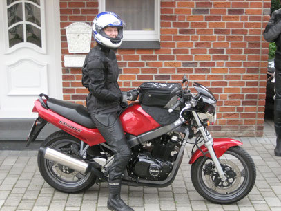 Nele hat am 31.07.10 den Schein gemacht! Nun sind wir komplett! Erstes Motorrad: Eine Suzuki GS 500E