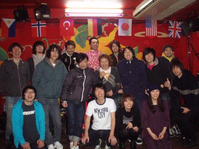 2009年12月当時の写真、仲間のミュージシャン達と