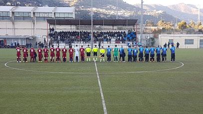 Le due squadre schierate a metà campo