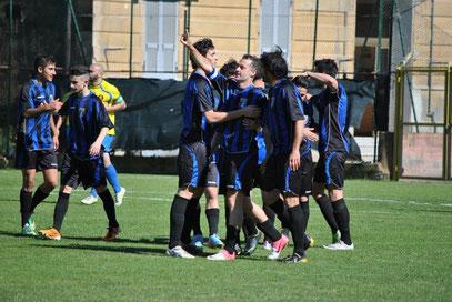 8': tutti ad abbracciare Prunecchi dopo il gol del vantaggio
