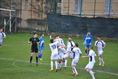 8': Alberti festeggiato dopo il gol dell'1-0