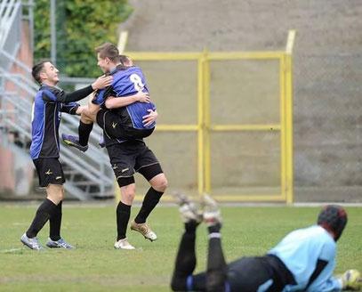 9' Garattoni abbracciato da Rovella e Giglio dopo il gol dell'1-0