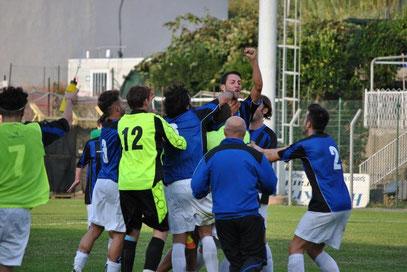 91': Giglio festeggiato dopo il gol del 2-0