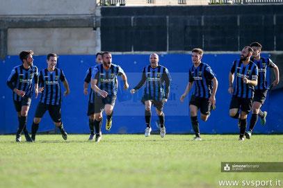 Esultanza neroazzurra dopo il gol vittoria di Laera