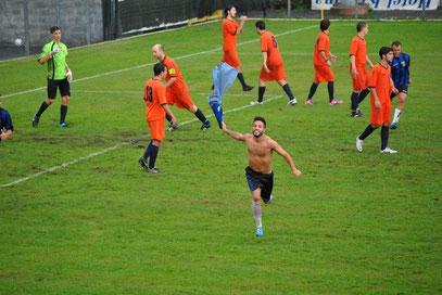 85': l'esultanza di Cuneo dopo il gol partita
