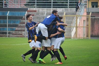 2' esultanza neroazzurra al gol di Ambrosini