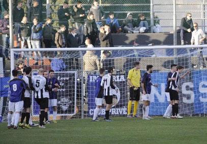 Calcio d'angolo per il Rapallo: tutti nell'area neroazzurra