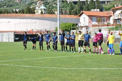 La squadra schierata a metà campo