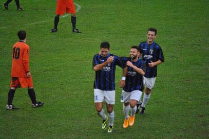 10': Castagna festeggiato dopo il gol dell'1-0
