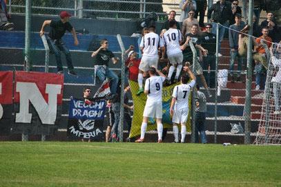 45': Giglio festeggia con la Gradinata Nord dopo il gol del 2-1
