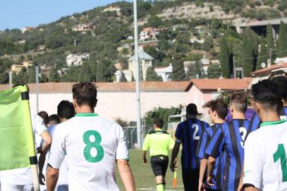 Le due squadre entrano in campo