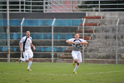 26': Massi esulta con Rovella dopo aver realizzato il rigore dell'1-0