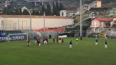 Calcio di punizione di Prunecchi in area genovese