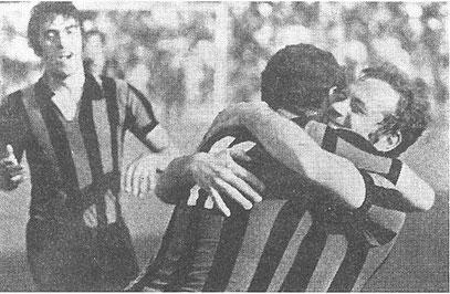 Giordano abbracciato dai compagni di squadra