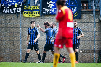 Castagna festeggiato dopo il gol del 0-4