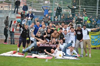 Fotografia di gruppo di squadra e tifosi
