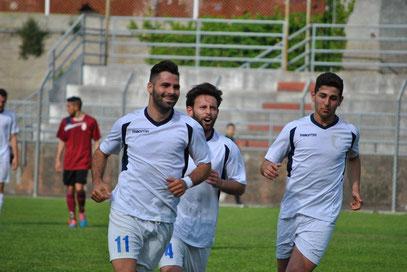 33': l'esultanza di Castagna, De Simeis ed Alberti dopo il gol dell'1-0