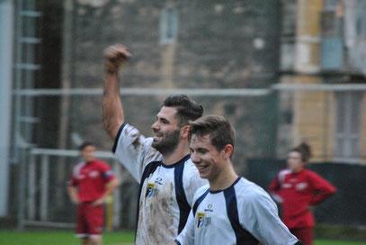 90': Castagna festeggia con Garattoni il gol del 3-1