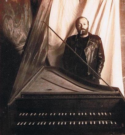 Scott Ross (* 1. März 1951 in Pittsburgh, Pennsylvania; † 14. Juni 1989 in Assas, Frankreich) neben einem Cembalo im Chateau d'Assas