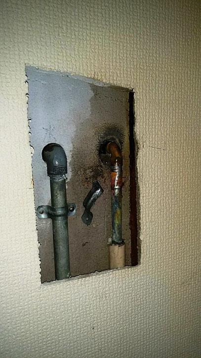ALCと壁中の給湯の銅管が経年変化で水漏れしてました。