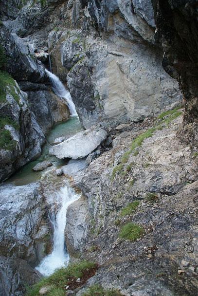 Im letzten Teil ist der Steig oft durch Ketten gesichert, da er unmittelbar über dem Wasser verläuft