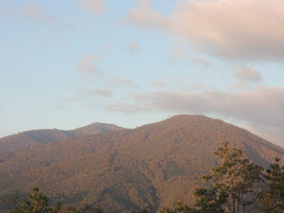 ペンションの庭から眼前に見える小高倉山