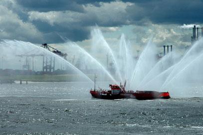 Ein Wasserwerfer im Hamburger Hafen