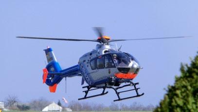 Hubschrauber der Polizei Rheinland-Pfalz landet auf dem Flugplatz Koblenz-Winningen