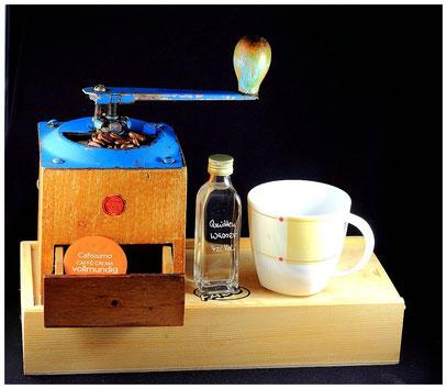 Kaffee im Wandel der Zeit: Eine alte Kaffeemühle, darin wurden die Bohnen gemahlen und anschließend der Kaffee von Hand aufgebrüht.Heute genügt es eine Kapsel in den Kaffeeautomaten einzulegen auf den Knopf drücken und fertig.
