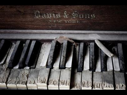 Das hat dieses Klavier vom Hersteller Davis & Sons  aus New York wirklich nicht verdient