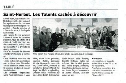 Annie Hamon, maire de Taulé, entourée des artistes exposants